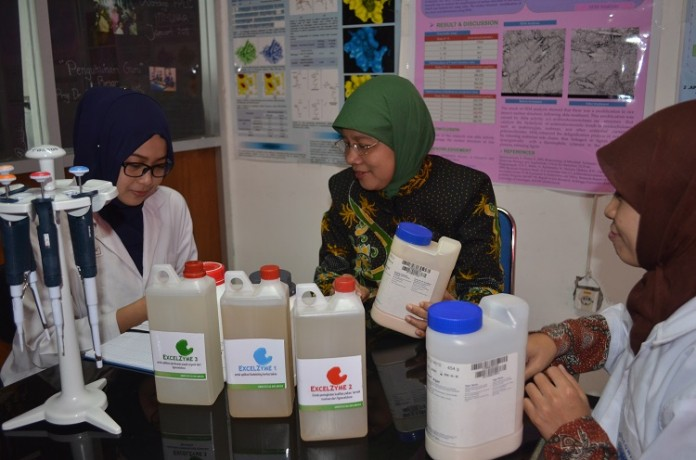 Prof. Nyoman (in the middle) with two students from the study group discussing Excelzyme bioproduct. (Photo: UNAIR NEWS)