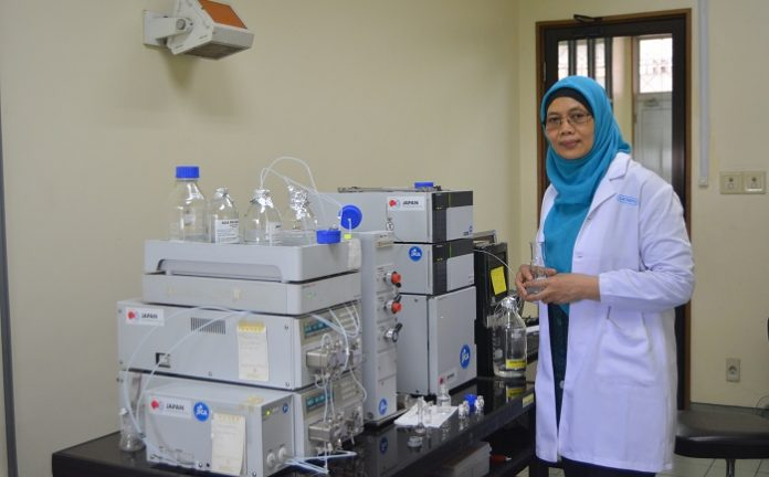 UNAIR herbal medicine expert Dr. Aty Widyawaruyanti, dra., Apt., M.Si. (Photo: UNAIR NEWS)