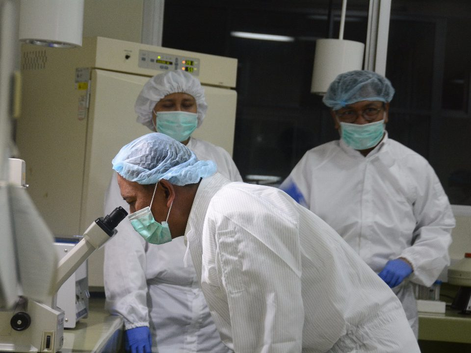 Menristekdikti accompanied with stem cell researchers inspecting the stem cell laboratory in Institute of Tropical Disease. (Photo: Helmy Rafsanjani)